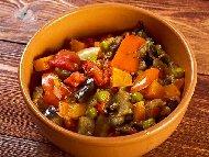 Рецепта Постен гювеч с домати, чушки, патладжан, зелен фасул и грах на фурна